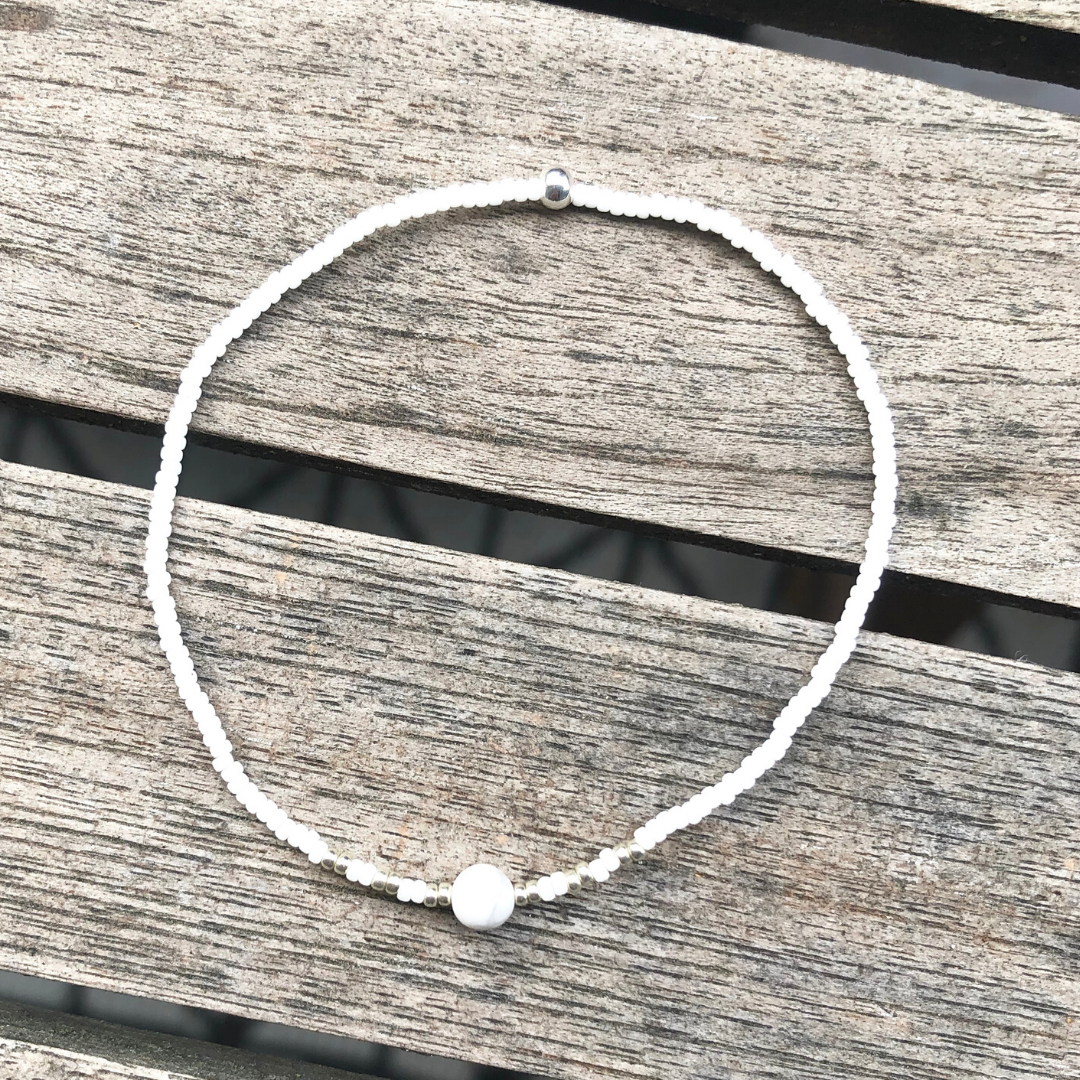 Howlite perlearmbånd, hvid & sølv